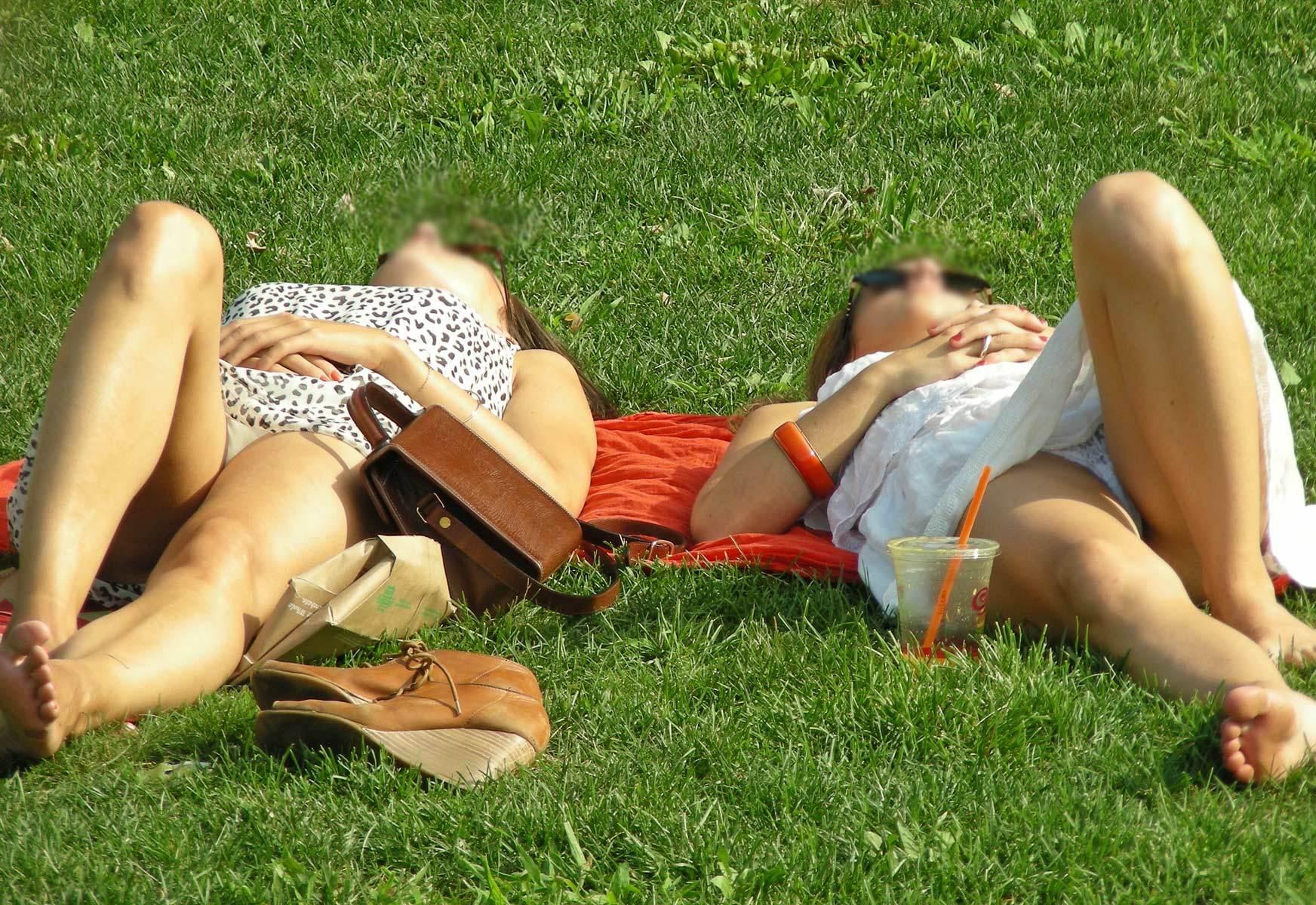 Petites culottes dans un parc - Exhib18com